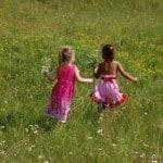 little-girls-field-daisies